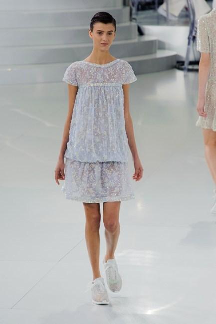 Đầm ren màu xanh pastel tươi mát của Chanel Haute Couture.