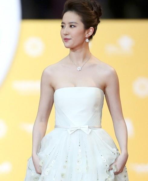Ngọc nữ Lưu Diệc Phi tỏa sáng với chiếc đầm cúp ngực chân váy đính kim sa duyên dáng.