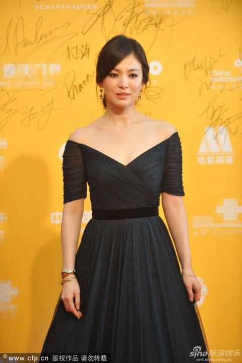 Người đẹp xứ Hàn Song Hye Kyo khéo khoe vẻ đẹp với chiếc đầm trễ vai.