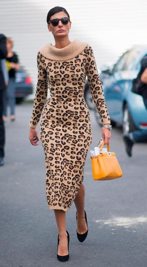 Biên tập viên Giovanna Battaglia sử dụng chiếc túi mini Fendi peekaboo.
