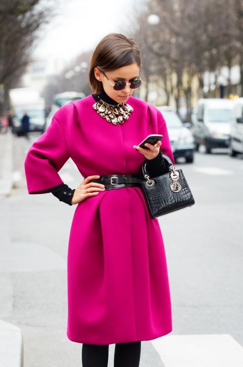 Biên tập viên thời trang Miroslava Duma sử dụng chiếc túi xách mini Lady Dior.