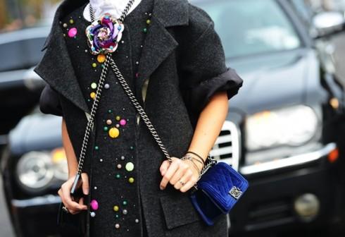 Chiếc túi Chanel Boy có thể giúp bạn nổi bật trên phố bất cứ lúc nào.