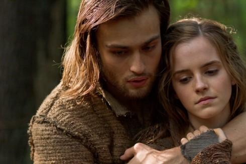 Emma Watson thủ vai Ila và Douglas Booth thủ vai Shem trong Noah