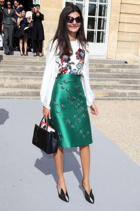Biên tập viên thời trang  Giovanna Battaglia sử dụng chiếc túi Fendi Petit.<br/>&lt;&gt; on September 27, 2013 in Paris, France.