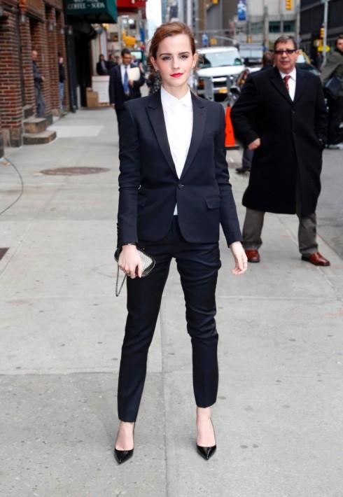 Emma Watson diện bộ đồ của Saint Laurent  trong chương trình Late Show With David Letterman.
