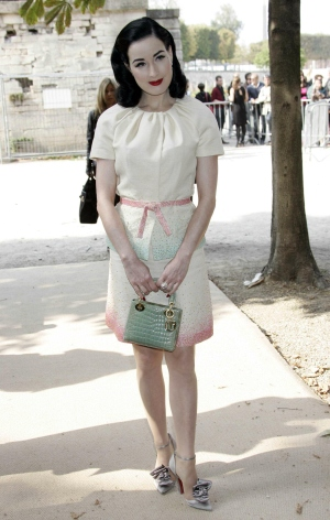 Dita Von Teese chuộng chiếc túi mini Lady Dior