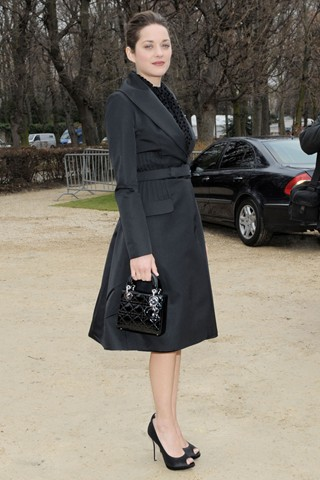 Nữ diễn viên người Pháp Marion Cotillard cũng yêu chiếc túi mini Lady Dior.