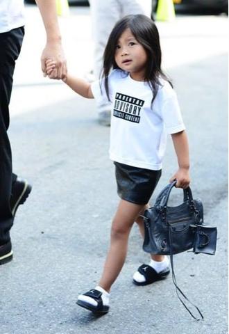 Cô bé Aila Wang - cháu gái của Alexander Wang - xách chiếc túi Balenciaga.