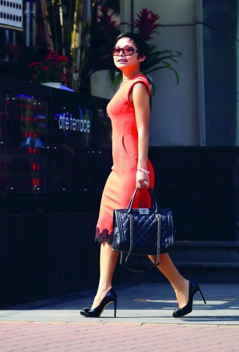 Đầm ôm Tammy, Túi xách Chanel, Giày Salvatore Ferragamo, Trang sức Vintage