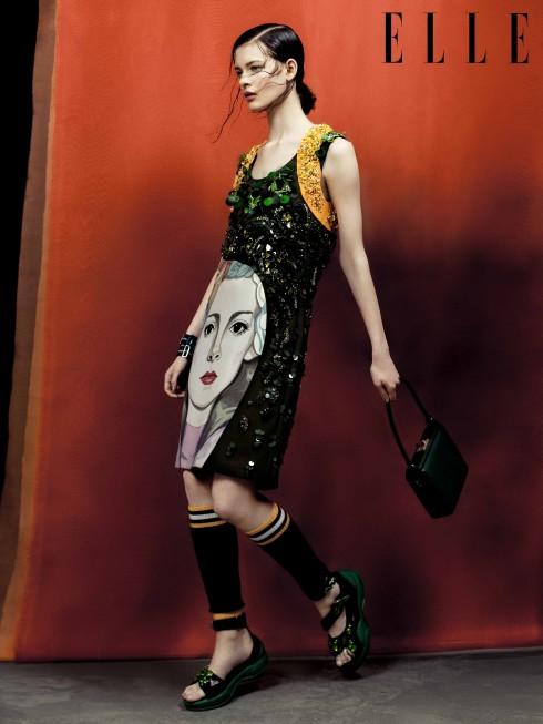 Prada<br/>Đặc sắc, đầy tính nghệ thuật, những thiết kế Prada Xuân-Hè dường như được tạo ra để ngắm nhìn hơn là diện lên người. Tuy nhiên, bạn không nhất thiết phải diện full look (từ đầu tới chân), chỉ cần một chiếc xắc tay hay đôi sandals của Prada cũng đủ khiến bạn trông thật nghệ sĩ!