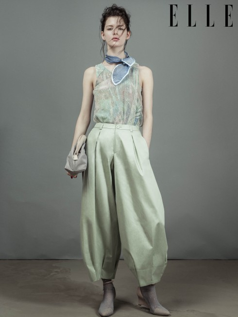 Emporio Armani<br/>94 mẫu thiết kế (một con số choáng ngợp!) cho BST này chứng tỏ ý tưởng và năng lượng của NTK 80 tuổi, Giorgio Armani, dường như chưa bao giờ cạn kiệt. Tuy nhiên, điều đó cũng đồng nghĩa với việc có quá nhiều nguồn cảm hứng xuất hiện trong một show diễn. Thiết kế ELLE chọn là trang phục dành cho các buổi tiệc tối, đồng thời cũng có thể sử dụng làm trang phục ban ngày nếu bạn là người phụ nữ luôn hết mình vì thời trang và phong cách.