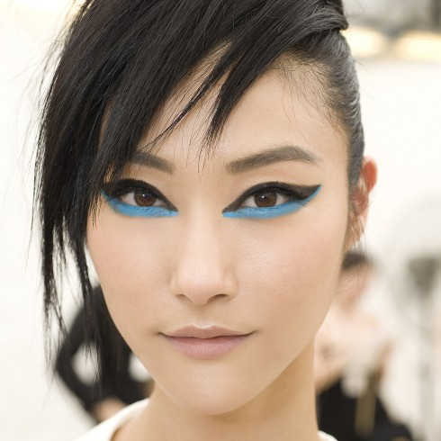 Chanel Resort 2014<br/>Peter Philips thêm một điểm nhấn ấn tượng cho đôi mắt khi kết hợp cách kẻ mắt có cánh ở mi trên và đường viền mắt xanh biển ở mi dưới. Hãy thử Chanel Stylo Yeux Waterproof Long-Lasting Eyeliner, màu Noir Intense và True Blue để tạo hiệu ứng tương tự.
