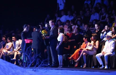 CEO Mercedes-Benz Việt Nam Michael Behrens đại diện tặng hoa chương trình