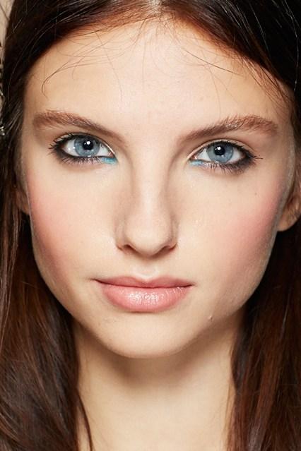 Zoe Jordan Xuân Hè 2014<br/>Lấy cảm hứng từ vẻ đẹp khỏe khoắn của các  cô gái trượt băng, Attracta Courtney kẻ viền mắt màu đen và nhấn nhá khóe mắt xanh ánh nhũ với sản phẩm  Bourjois Kohl&Contour, màu Bleu Espiegle.
