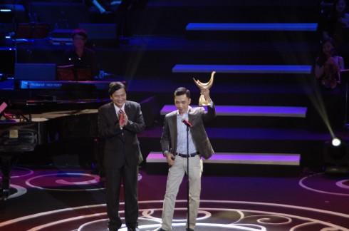 Nhạc sĩ Đỗ Bảo nhận giải thưởng Nhạc sĩ của năm và Album của năm.