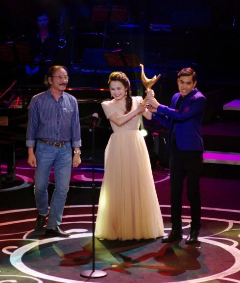 Đoàn Thúy Trang và Phạm Thanh Hà nhận giải Bài hát của năm.