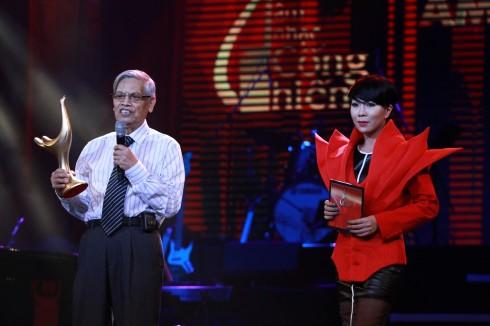 Nhạc sĩ Doãn Nho nhận giải thưởng thay cho Tùng Dương.