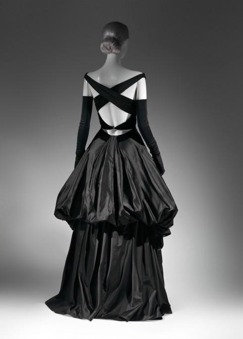 Trang phục tiệc tối với váy xếp hai tầng và đường cắt sau lưng gợi cảm.