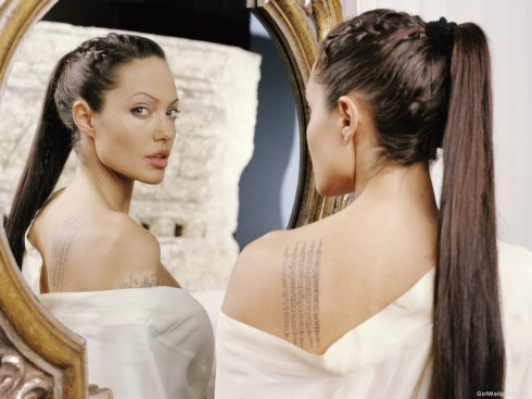 Angelina Jolie<br/> Hình xăm trên bả vai trái của cô là một câu chú của Phật giáo Ấn Độ cổ, được viết bằng tiếng Campuchia với ý nghĩa bảo vệ cho cậu con trai nuôi đầu tiên Maddox.