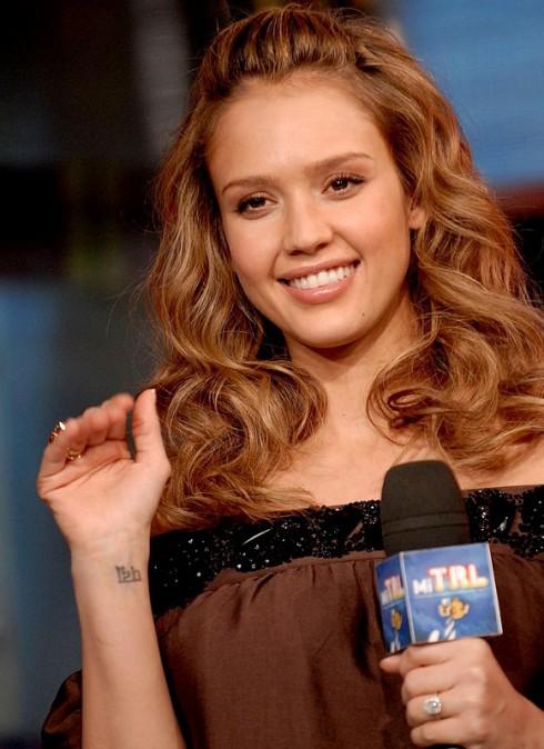 Jessica Alba<br/>Hình xăm trên cổ tay phải của cô có nghĩa là hoa sen trong tiếng Phạn, với ý nghĩa nâng đỡ tinh thần. Đây là một hình xăm truyền thống trong gia đình và mẹ của cô cũng có 1 hình xăm tương tự.