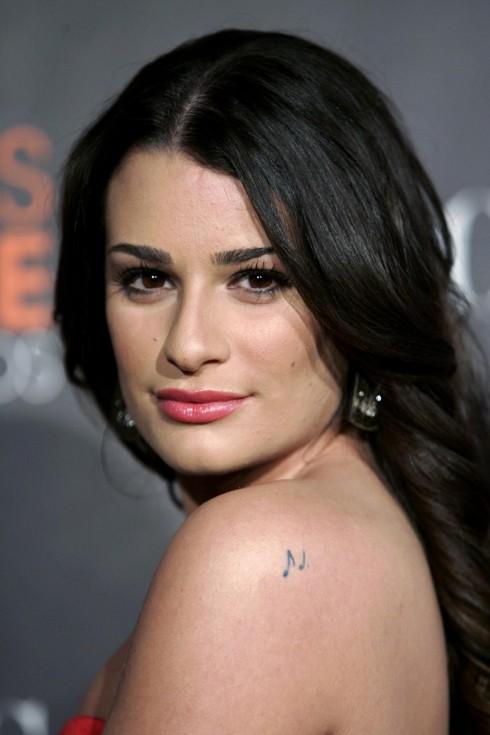Lea Michele  <br/>Nữ diễn viên Glee có rất nhiều hình xăm trên người, trong số đó có 2 nốt nhạc trên bả vai trái, được trích từ tác phẩm Bohemian Rhapsody của ban nhạc Queen.