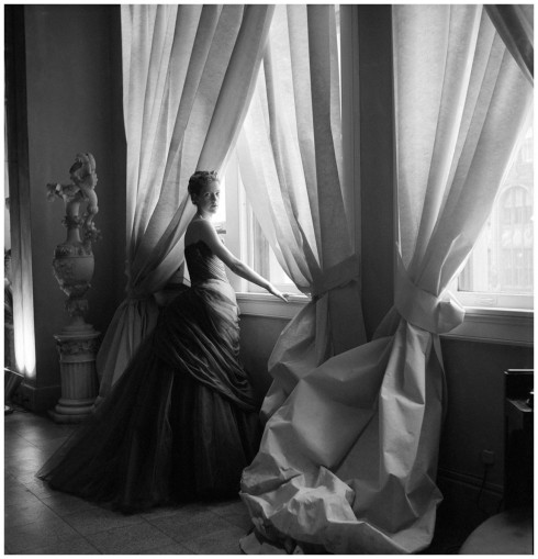 Nancy James trong chiếc đầm dạ hội Swan