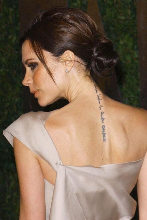 Victoria Beckham: <br/>Hình xăm chạy dài từ gáy xuống lưng của cô là một câu trong kinh Cựu Ước, được viết bằng tiếng Hindu có nghĩa: Tôi thuộc về những người yêu thương và những người yêu thương thuộc về tôi.