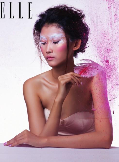 Trắng và hồng luôn là hai màu sắc được các cô gái nữ tính yêu thích nhất. Nhưng trắng & hồng cũng có thể trở nên táo bạo, ấn tượng nếu bạn dám biến tấu với cọ và màu.
