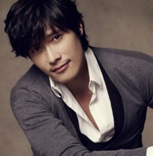 10. Lee Byung Hun (33.77 triệu khán giả). Bộ phim ăn khách nhất của Lee Byung Hun tại các rạp chiếu xứ Hàn là Masquerade (2012) với 12.32 triệu người xem. Đây cũng là tác phẩm điện ảnh được nhắc đến nhiều nhất năm 2012 và Lee Byung Hun cũng nhận được nhiều lời khen ngợi khi đóng đúp vai trong bộ phim này.
