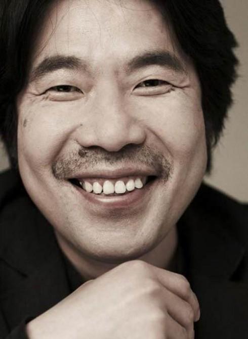1. Oh Dal Soo (99.82 triệu khán giả). Ngôi sao 45 tuổi này chính là quán quân phòng vé của điện ảnh Hàn Quốc. Danh sách những bộ phim mà Oh Dal Soo tham gia là những tác phẩm đình đám mà bất cứ diễn viên nào cũng phải ao ước, có thể kể đến những tác phẩm được đánh giá cao như Oldboy (2003), A Bittersweet Life (2005), The Good, the Bad, the Weird (2008), The Thieves (2012), Miracle in Cell No. 7 (2013)... Bộ phim ăn khách nhất mà anh đóng là