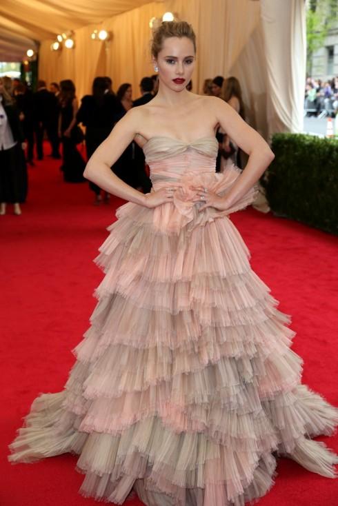 Suki Waterhouse mặc đầm Burberry.