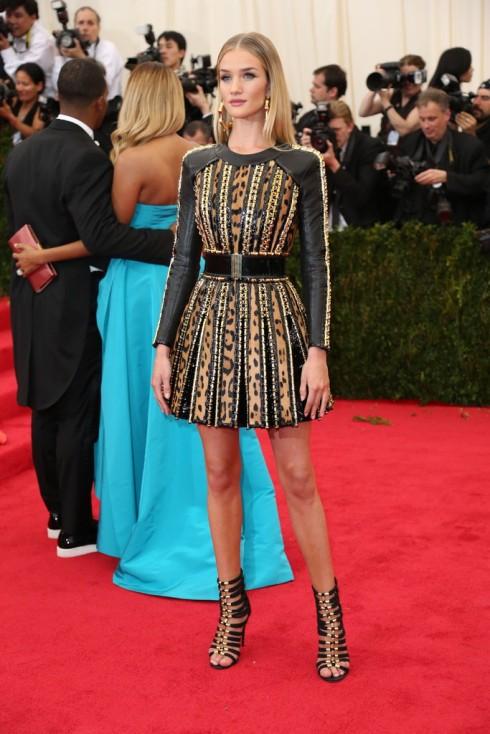 Rosie Huntington-Whiteley mặc trang phục của Balmain.
