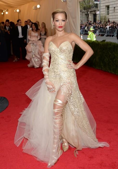 Rita Ora trong trang phục Donna Karan Atelier.