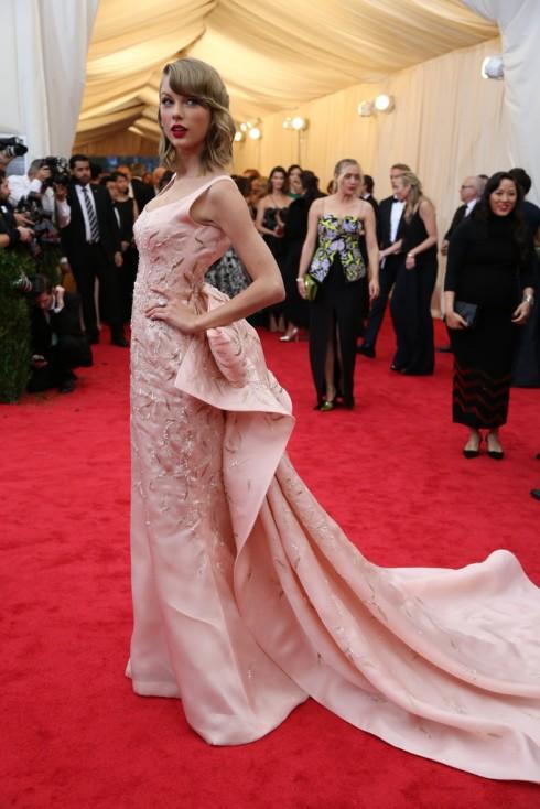 Taylor Swift với trang phục của Oscar de la Renta.