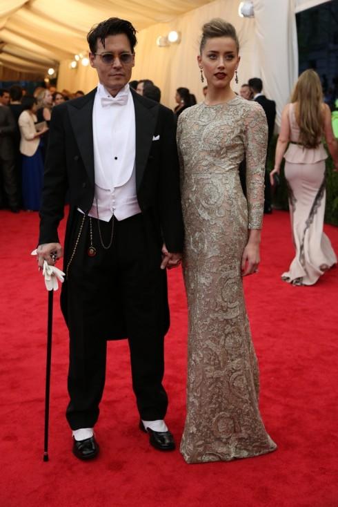 Johnny Depp trong trang phục Ralph Lauren và Amber Heard mặc chiếc đầm của Giambattista Valli Haute Couture.