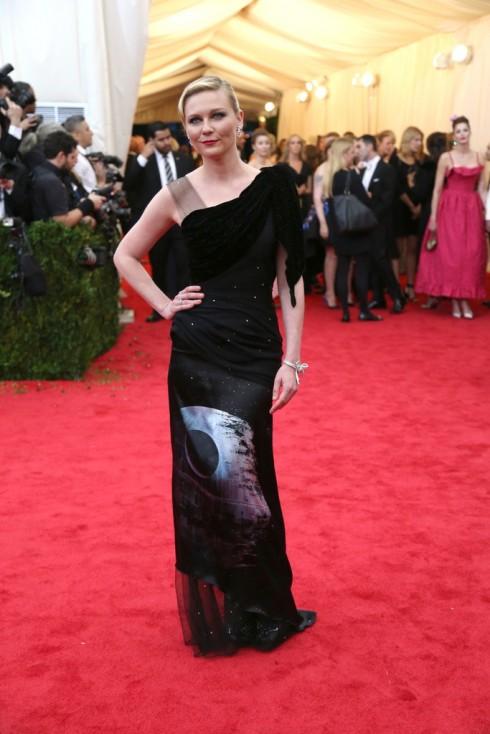 Kirsten Dunst diện chiếc đầm dài của Rodarte.