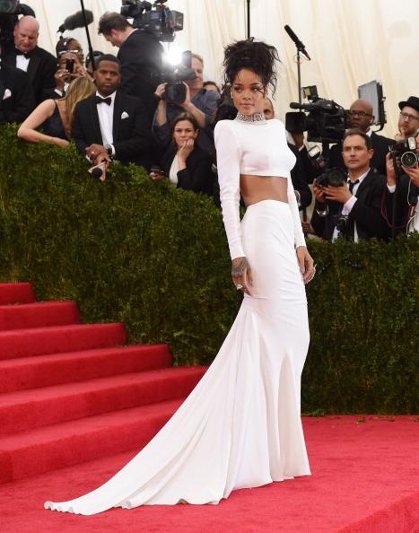 Rihanna xuất hiện với đầm trắng của Stella McCartney