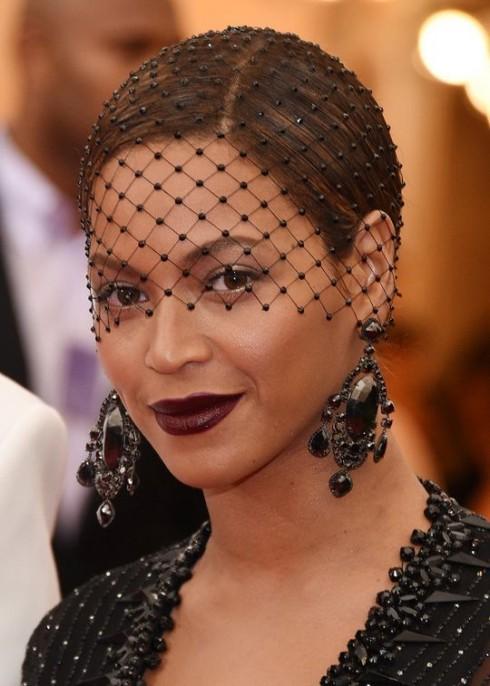 Beyoncé đã khéo léo chọn màu mắt nhũ kim và môi màu mận chín làm nổi bật lên nước da nâu mật quyến rũ của cô.