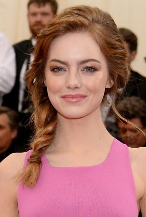 Emma Stone xinh như búp bê: lớp nền trắng tuyết, màu mắt, màu má, màu môi ửng hồng hoàn hảo.