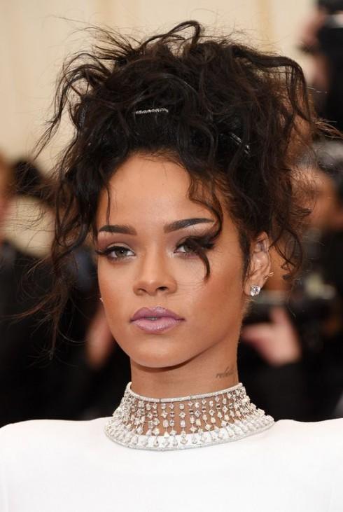Rihanna: Mắt màu tím matte và son môi tím nhạt kiêu kỳ.