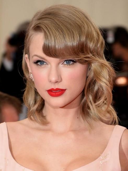Taylor Swift vẫn trung thành với màu son đỏ rực rỡ.