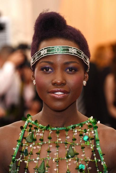 Phấn mắt màu nhũ rực rỡ là phong cách trang điểm quen thuộc của diễn viên Lupita Nyong'o
