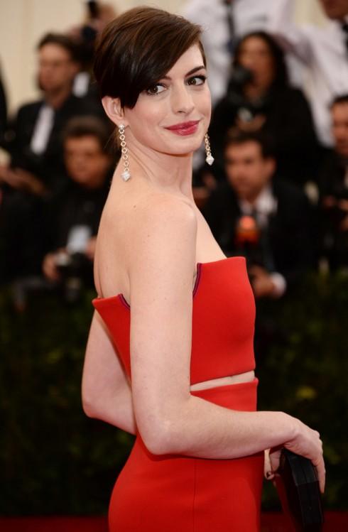 Anne Hathaway chọn màu son đỏ hợp với màu chiếc đầm dạ hội của cô.