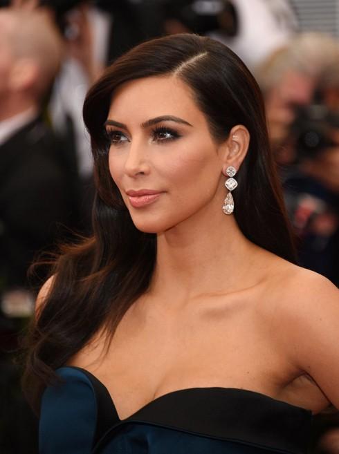 Kim Kardashian chọn điểm nhấn là đôi mắt nâu sâu thẳm.