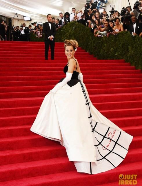 Sarah Jessica Parker diện đầm dài của Oscar de la Renta, năm nay cô là một trong những người thực hiện vai trò host của sự kiện.