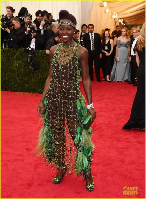 Lupita Nyong'o mặc đầm lưới của Prada.
