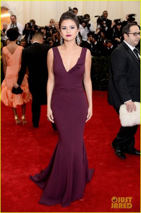 Selena Gomez chọn tông màu tím của Diane Von Furstenberg