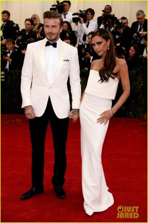 Vợ chồng Vic - Beck ấn tượng với tông trắng đen. Vic mặc đầm quây do mình thiết kế còn Beck diện bộ trang phục của Ralph Lauren.