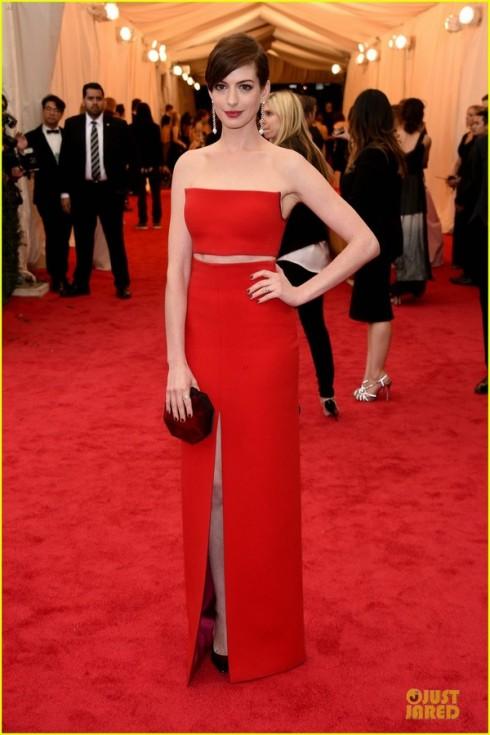 Anne Hathaway rạng rỡ với đầm Calvin Klein