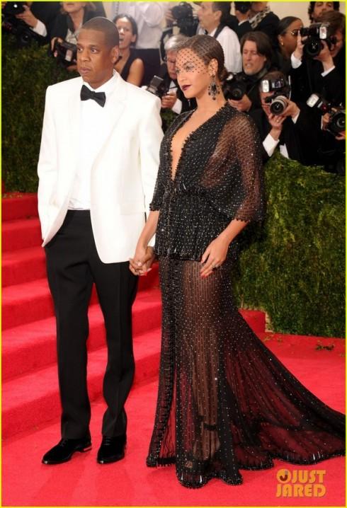 Bên cạnh Beyonce là Jay-Z với bộ suit trắng.